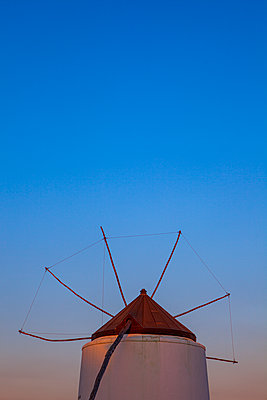 A traditional Spanish windmill at sunset with deep blue sky coloured ornate at the horizon. - p1057m2164314 by Stephen Shepherd