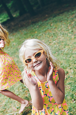 Little girl wearing sunglasses - p1086m2149640 by Carrie Marie Burr