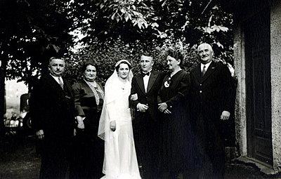 Bridal couple with parents of the bride, group picture - p1541m2172497 by Ruth Botzenhardt