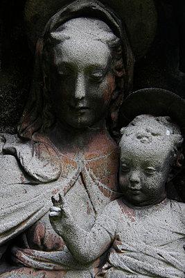 Steinfigur von Maria mit Jesus - p277m729240 von Dieter Reichelt