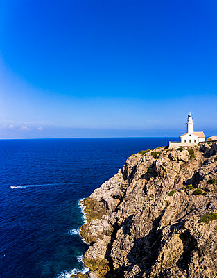 Spain, Mallorca, Cala Ratjada, Helicopter view of Far de Capdepera lighthouse in summer - p300m2197318 by Martin Moxter