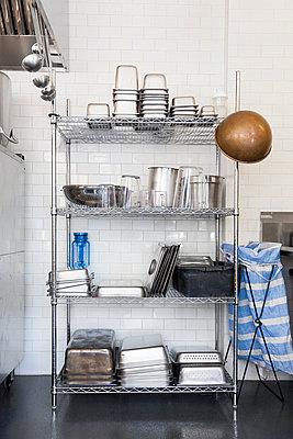 Restaurant kitchen - p756m932163 by Bénédicte Lassalle