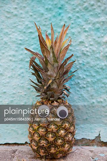 Ananas mit Wackelaugen - p045m1584336 von Jasmin Sander
