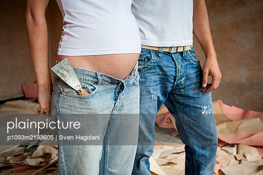 Couple renovates a flat - p1093m2193605 by Sven Hagolani