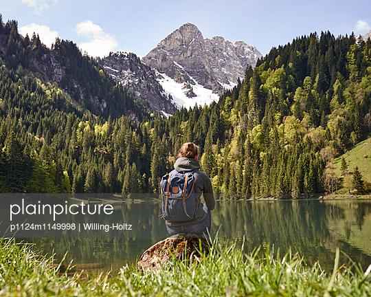 Frau blickt auf Bergsee in den Französischen Alpen - p1124m1149998 von Willing-Holtz