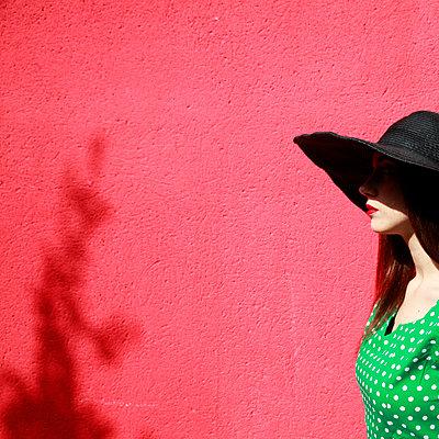 Frau mit Hut - p1105m2082584 von Virginie Plauchut