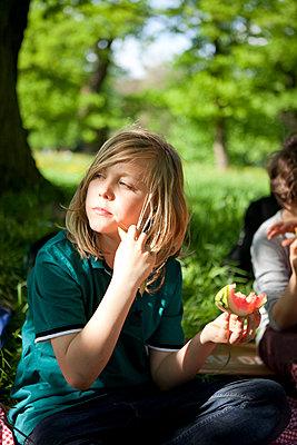 Pause im Park mit Wassermelone - p1195m1138128 von Kathrin Brunnhofer