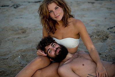 Junges Paar glücklich im Sand - p1212m1168775 von harry + lidy