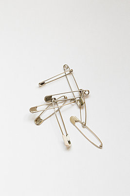 Safety pins attached to each other - p1682m2270272 by Régine Heintz