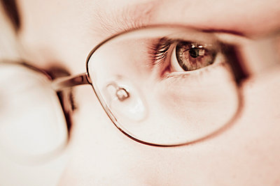 Close-up of man wearing glasses - p4268769f by Katja Kircher