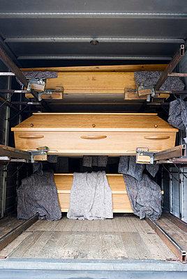 Anlieferung von Särgen - p4970123 von Guntram Walter