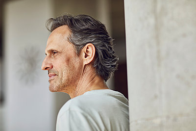 Senior man in a loft flat - p300m2202795 by Maya Claussen
