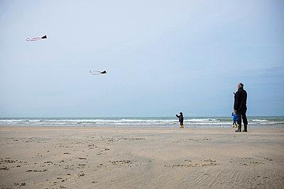 Drachen steigen lassen am Meer - p305m1000414 von Dirk Morla