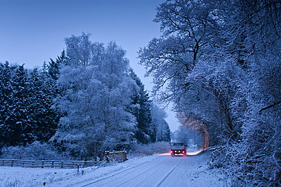 Traditional snow scene with Toyota pick-up truck in The Cotswolds, Swinbrook, Oxfordshire, United Kingdom - p871m895863 by Tim Graham