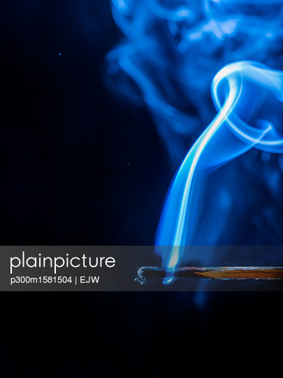 Smoke of blown out matchstick - p300m1581504 von EJW