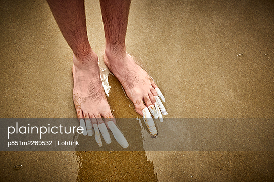 Mussels as toenails on the beach - p851m2289532 by Lohfink