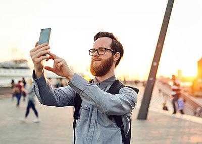 Mann macht ein Selfie - p1124m1176676 von Willing-Holtz