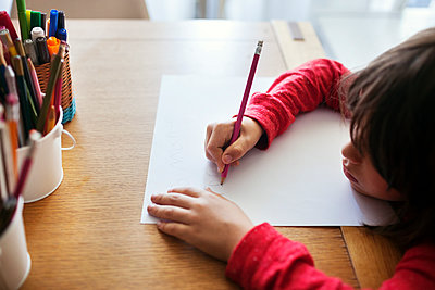 Boy drawing on paper at desk - p1166m1154168 by Cavan Images