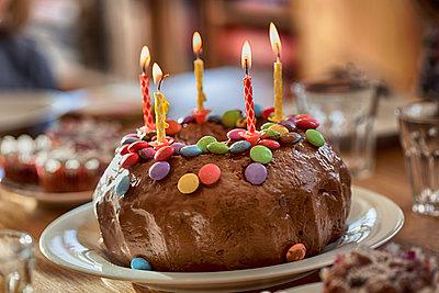 Geburtstagskuchen mit 5 Kerzen - p253m912658 von Oscar