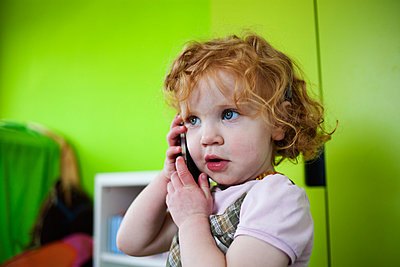 Little girl with smart phone - p586m879750 by Kniel Synnatzschke