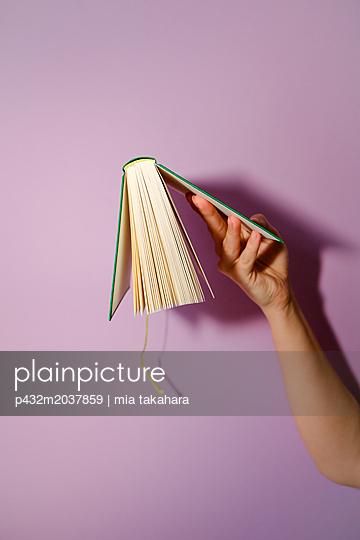 Frauenhand hält Buch - p432m2037859 von mia takahara