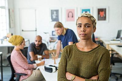 junge Leute am Arbeitsplatz - p1156m1572705 von miep
