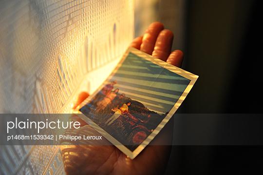 Hand hält ein Polaroidfoto - p1468m1539342 von Philippe Leroux