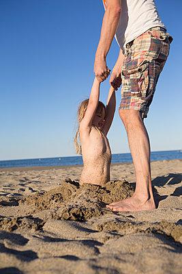 Vater und Tochter spielen am Strand - p505m1195407 von Iris Wolf