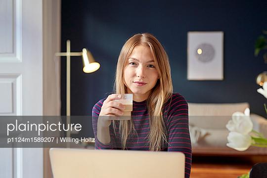 Junge Frau mit Cappuccino am Laptop - p1124m1589207 von Willing-Holtz