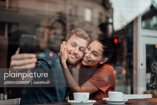 Deutschland, NRW, Essen, Cafè, Paar, Business, Homeoffice, Mann, 34 Jahre, Frau, 28 Jahre - p300m2266037 von Joseffson