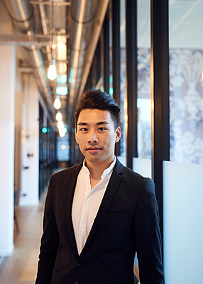 Asiatischer Mann im Anzug - p1124m1181509 von Willing-Holtz