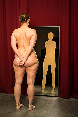 Distorted image in the mirror - p1132m925565 by Mischa Keijser