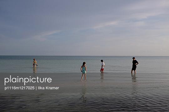 Familie am Strand - p1116m1217025 von Ilka Kramer