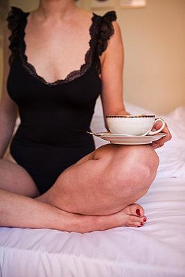 Nie ohne meinen Kaffee am Morgen - p045m2092830 von Jasmin Sander