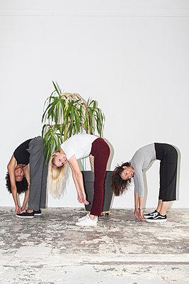 Drei junge Frauen stehen nebenainder - p1301m2020960 von Delia Baum