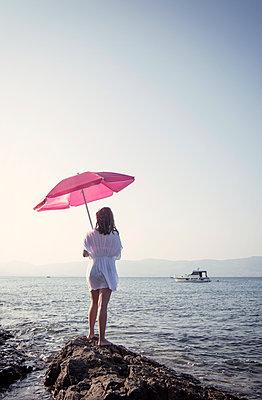 Frau unter Sonnenschirm - p1443m2022672 von SIMON SPITZNAGEL