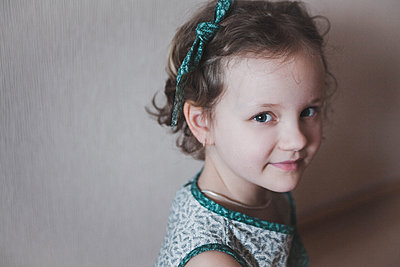 Portrait of little girl with hair ribbon - p1642m2222250 by V-fokuse