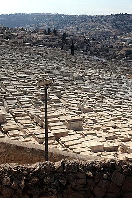 Überwachungskamera an der Friedhofsmauer, Jerusalem - p1685m2272486 von Joy Kröger