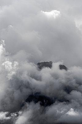Wolkenstimmung in den Bergen - p248m1058280 von BY