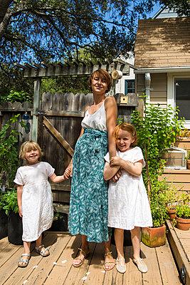 Mutter und zwei Töchter auf der Terrasse - p756m2053366 von Bénédicte Lassalle