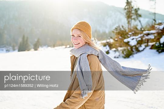 Junge Frau macht einen Winterspaziergang - p1124m1589352 von Willing-Holtz