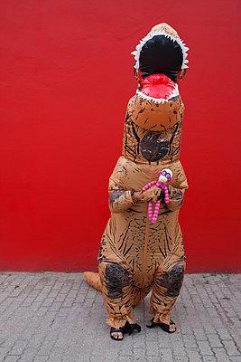 Dino kuschelt mit Stofftier - p045m2013581 von Jasmin Sander