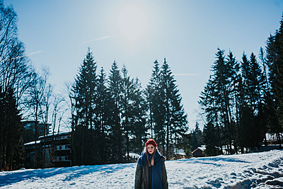 Young woman on a winter holiday - p1184m1424112 by brabanski