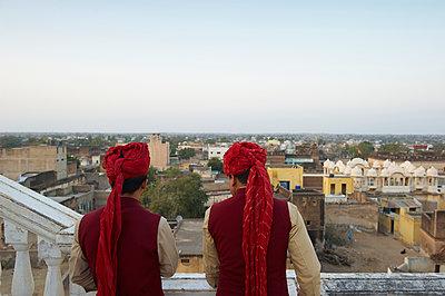 Indische Männer mit Turban, Rückansicht - p1259m1111438 von J.-P. Westermann
