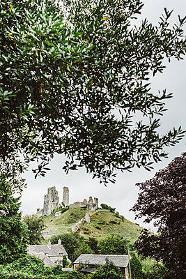 Corfe Castle, The ruin on the hill - p1326m2099840 by kemai