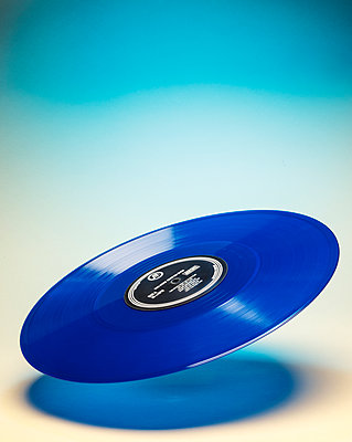 Schwebende blaue Schallplatte - p1329m2161189 von T. Béhuret