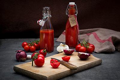 Homemade tomato ketchup - p300m2012857 by Larissa Veronesi