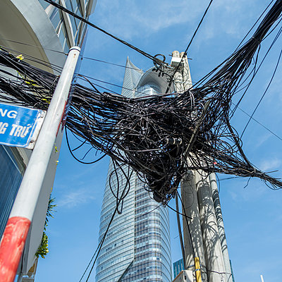 Kabelgewirr in Saigon - p393m1452269 von Manuel Krug