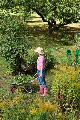 Gartenarbeit - p454m739673 von Lubitz + Dorner
