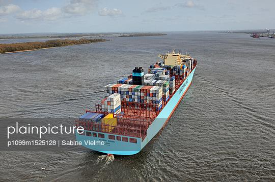 Containerschiff auf der Elbe bei  Anfahrt in den Hafen Hamburg  - p1099m1525128 von Sabine Vielmo
